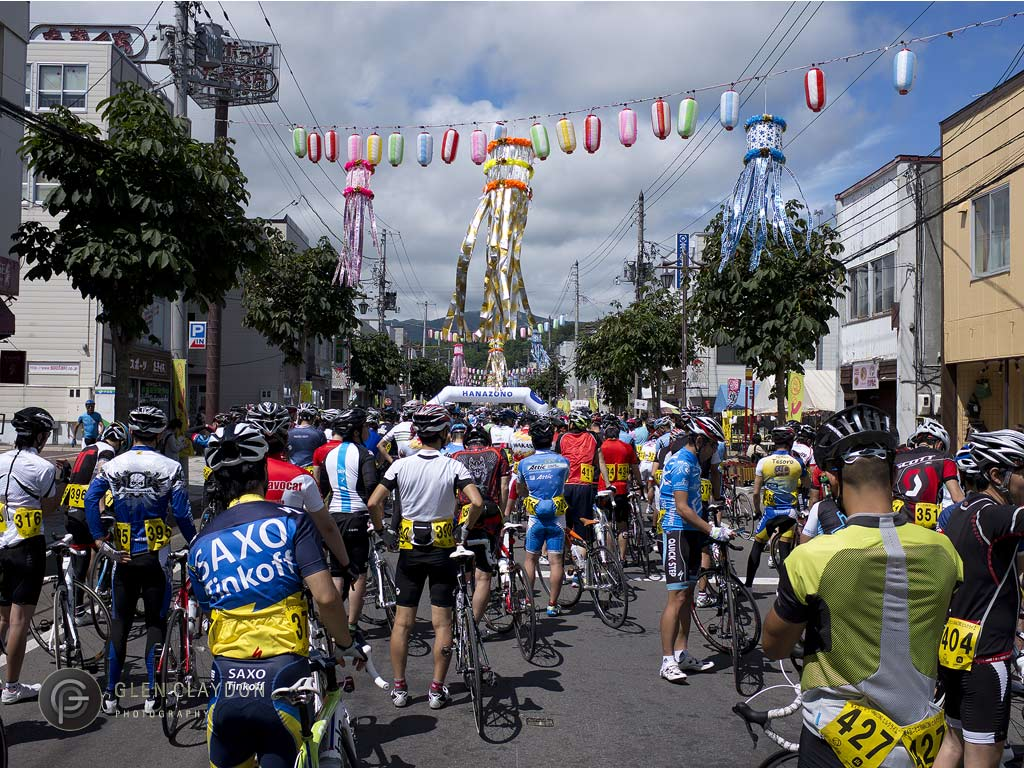 Riders waiting for the start in Kutchan, 4 August 2013