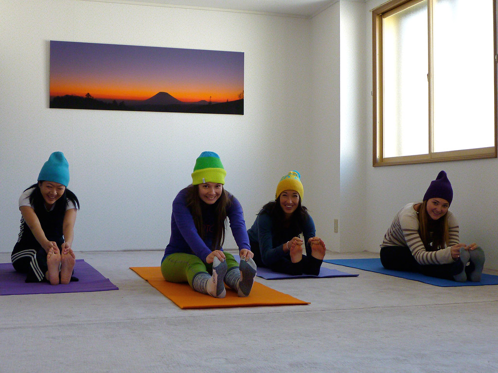 niseko-powder-yoga-3-web