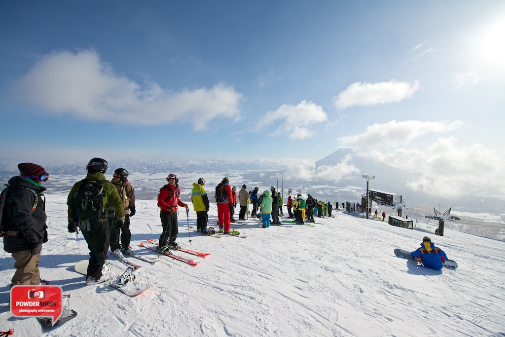 Niseko-Hirafu-Summit-bluebird-140204-01