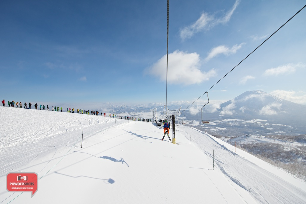 Niseko-Hirafu-Summit-bluebird-140204-02