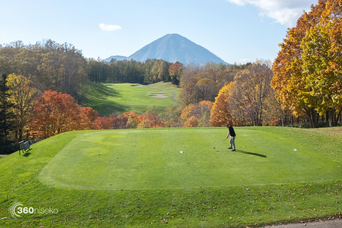 A gentleman playing golf in Rusutsu, 16 October 2015