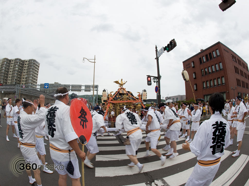 Otaru Ushio Festival, spinning the portable shrine, 28 July 2013