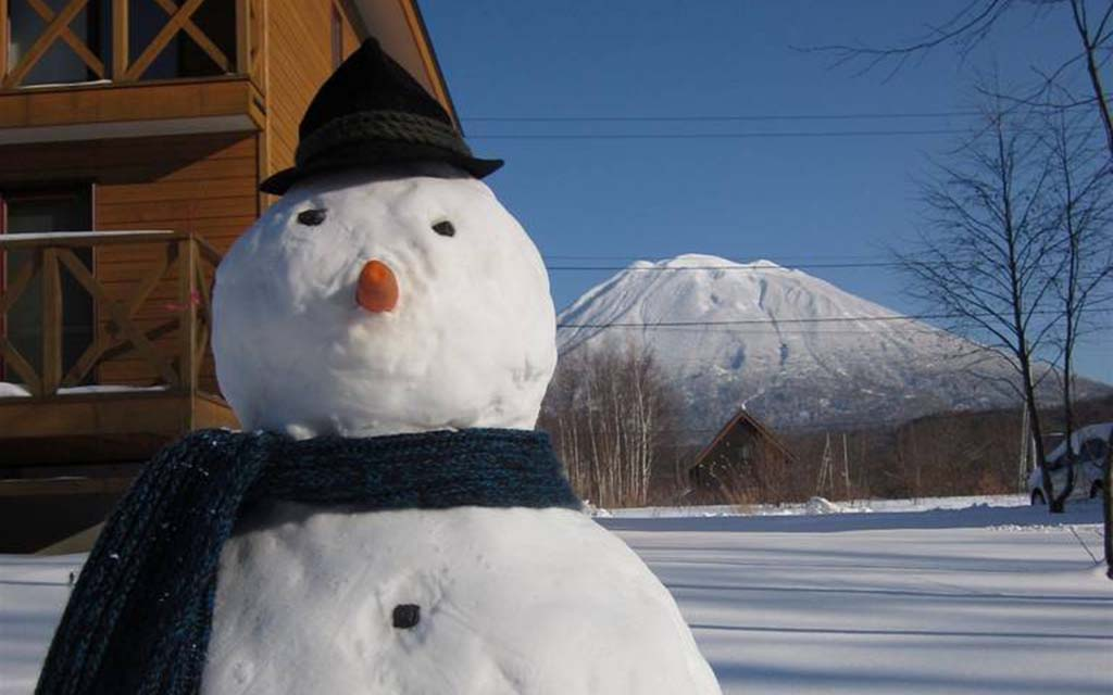 Niseko-Country-Resort-Snowman-Mt-Yotei
