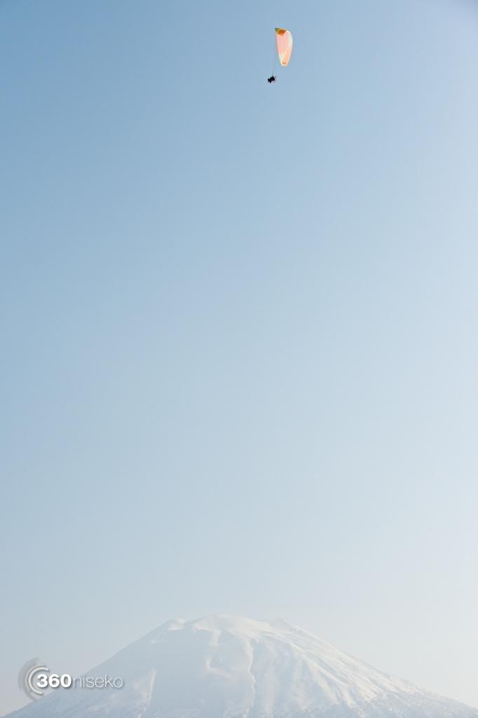 Niseko-motor-paragliding-1